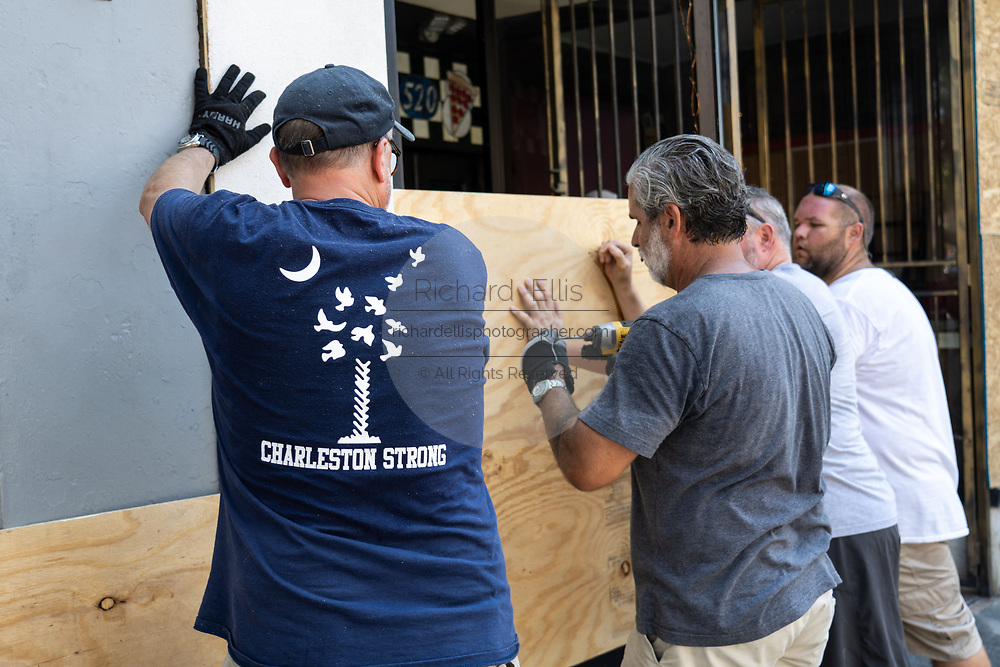 Charleston, United States. 31 May, 2020. Volunteers help board up a store front along the King Street shopping district after a protest over the death of George Floyd, turned violent and destructive May 31, 2020 in Charleston, South Carolina. Floyd was choked to death by police in Minneapolis resulting in protests sweeping across the nation.  Credit: Richard Ellis/Alamy Live News