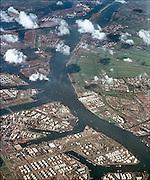 Nederland, Rotterdam, 15-9-1971Een luchtfoto van het Botlekgebied begin 70er jaren. Het havengebied van Rotterdam was nog niet zo uitgebeidt. Te zien zijn opslagtanks voor olie van Shell Botlek. Aan de overkant Vlaardingen.FOTO: FLIP FRANSSEN/ HOLLANDSE HOOGTE
