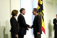 11 JAN 2005, BERLIN/GERMANY:<br /> Eva Luise Koehler, Praesidentengattin, Horst Koehler, Bundespraesident, und Franz Muentefering, SPD Parteivorsitzender, (v.L.n.R.), waehrend dem Neujahrsempfang des Bundespraesidenten, Schloss Charlottenburg<br /> IMAGE: 20050111-01-012<br /> KEYWORDS: Bundespräsident, Handshake, Franz Müntefering, Horst Köhler