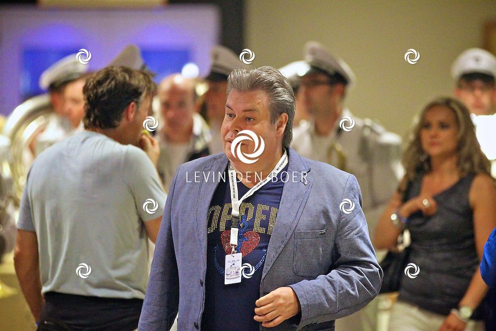 AMSTERDAM - Na het grote Toppers concert mochten de VIPS over de rode loper naar het VIP feest. Met op de foto de manager van de Toppers Benno de Leeuw. FOTO LEVIN DEN BOER - PERSFOTO.NU
