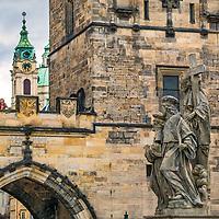 Prague, la ville aux mille tours et mille clochers, n&rsquo;a pas seulement inspire Andre Breton et les surrealistes. Chaque annee, la belle Tcheque seduit des millions d&rsquo;admirateurs du monde entier. Monuments, fa&ccedil;ades et statues racontent une histoire mouvementee ou planent les ombres du Golem, de Mucha ou de Kafka.<br /> Depuis 1992, le centre ville historique est inscrit sur la liste du patrimoine mondial par l'UNESCO<br /> Le pont Charles (Karluv most) est un pont qui relie la Vieille-Ville de Prague (Stare Mesto) au quartier de Mala Strana. Construit au XIVe&nbsp;siecle, il sera le seul pont sur la Vltava jusqu'en 1741.<br /> Trente statues, placees a intervalles reguliers, decorent les flancs du pont Charles. Disposees entre le 16e et le 20e s., elles constituent une veritable galerie a ciel ouvert. Elles sont l'oeuvre des plus grands artistes praguois, notamment les Brokoff pere et fils.
