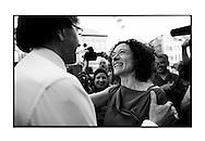 Yasmine Kherbache begroet Premier Elio Di Rupo die langs kwam voor de opening van 'Beautiful Planet', het café van Yasmine Kherbache en haar man in hartje Antwerpen
