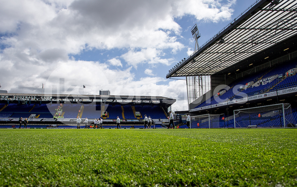 The Norwich players inspect the pitch prior to the Sky Bet Championship Play Off 1st Leg match between Ipswich Town and Norwich City at Portman Road, Ipswich, England on 9 May 2015. Photo by Liam McAvoy.