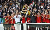 FUSSBALL EUROPAMEISTERSCHAFT 2008  Finale Deutschland - Spanien    29.06.2008 Iker Casillas (ESP) erhaelt von Michel Platini (UEFA Praesident) den Pokal