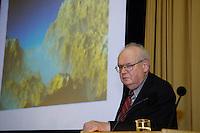 03 MAY 2005, BERLIN/GERMANY:<br /> Benoit Mandelbrot, Polnisch-franzoesischer Mathematiker, Professor fuer mathematische Wissenschaften an der Universitaet Yale, bekannt fuer seine Forschungen zur  fraktalen Geometrie, waehrend einer Vorlesung, Urania<br /> IMAGE: 20050503-02-018