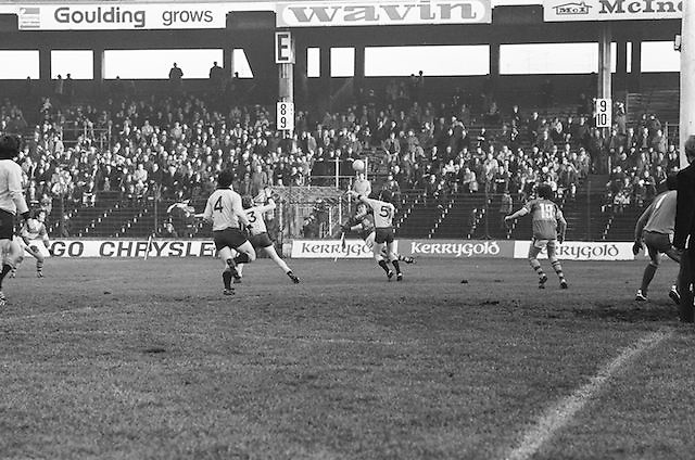 Players run towards the ball as it falls from the air during the All Ireland Senior Gaelic Football Semi Final, Dublin v Kerry in Croke Park on the 23rd of January 1977. Dublin 3-12 Kerry 1-13.
