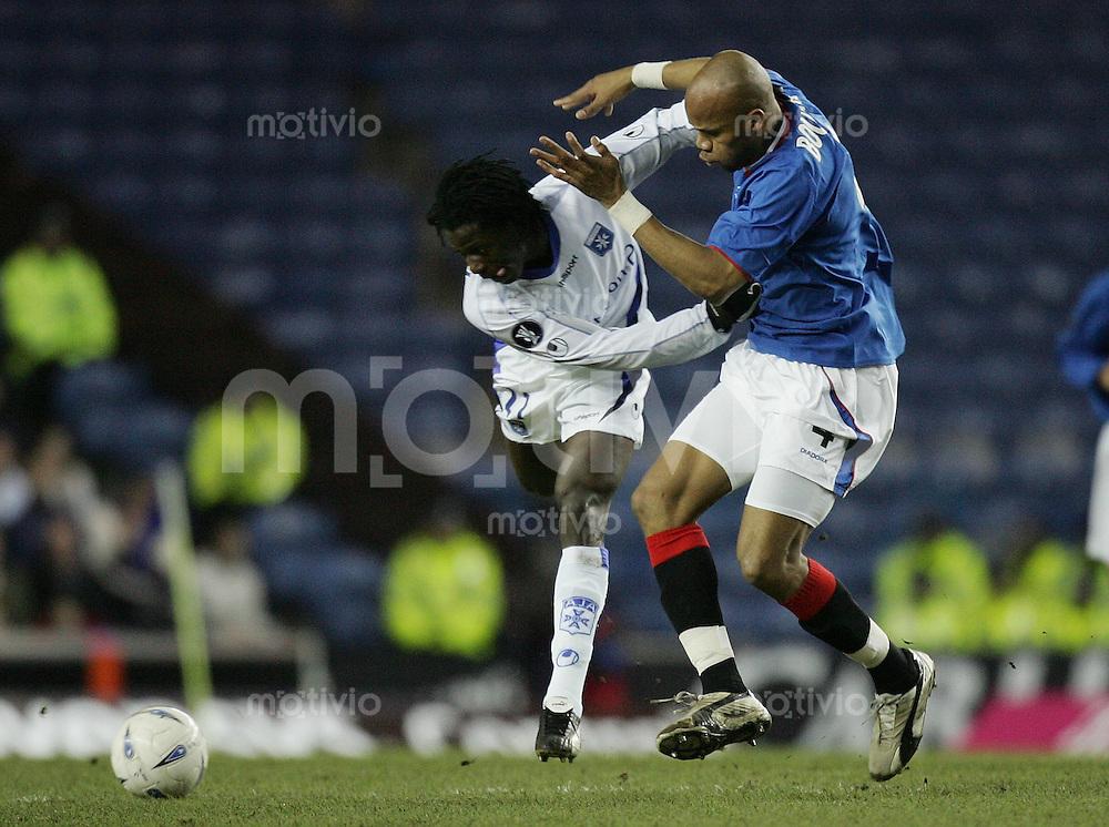 FUSSBALL International UEFA CUP Glasgow Rangers 0-2 AJ Auxerre Benjamin Mwaruwari (AJ,li) gegen Jean - Alain Boumsong (R)