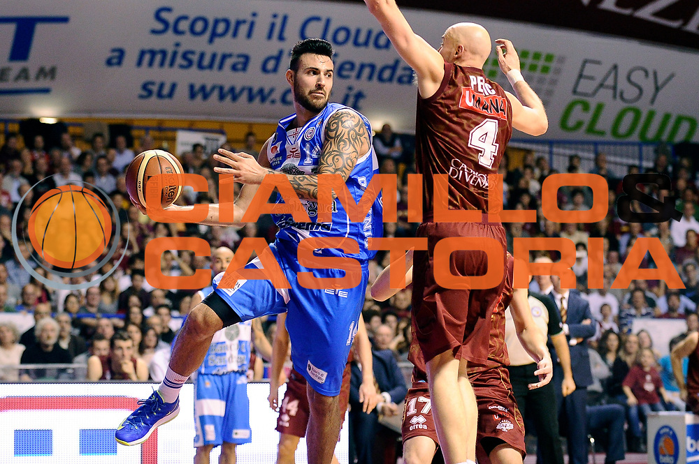DESCRIZIONE : Venezia Lega A 2014-2015 Umana Venezia Banco di Sardegna Sassari<br /> GIOCATORE : Brian Sacchetti<br /> CATEGORIA : penetrazione passaggio<br /> SQUADRA : Banco di Sardegna Sassari<br /> EVENTO : Campionato Lega A 2014-2015<br /> GARA : Umana Venezia Banco di Sardegna Sassari<br /> DATA : 04/01/2015<br /> SPORT : Pallacanestro<br /> AUTORE : Agenzia Ciamillo-Castoria/Max.Ceretti<br /> GALLERIA : Lega Basket A 2014-2015<br /> FOTONOTIZIA : Venezia Lega A 2014-2015 Umana Venezia Banco di Sardegna Sassari<br /> PREDEFINITA :