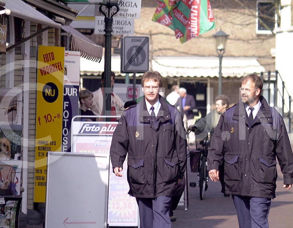 Fotografie Uijlenbroek©1999/Frank Uijlenbroek.990325 ommen ned.verhalen oc alteveer.vreemdelingen politie in de straten van Ommen