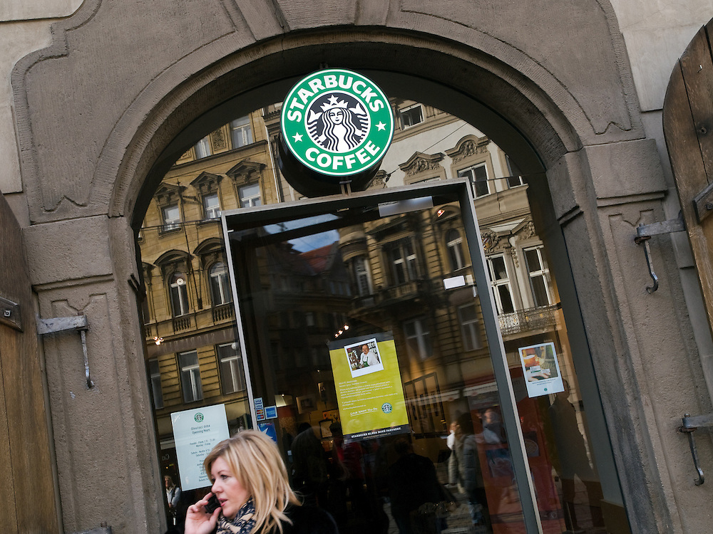 Die vor kurzem er&ouml;ffnete Starbucks Filiale am Kleinseitner Ring (Malostranske Namesti) in Prag.<br /> <br /> The new opened Starbucks branch store at the Malostranska square (Malostranske Namesti) in Prague.
