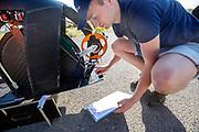 Een teamlid loopt de fiets na, In Battle Mountain oefent het team voor het eerst met de VeloX in Amerika. Het Human Power Team Delft en Amsterdam, dat bestaat uit studenten van de TU Delft en de VU Amsterdam, is in Amerika om tijdens de World Human Powered Speed Challenge in Nevada een poging te doen het wereldrecord snelfietsen voor vrouwen te verbreken met de VeloX 9, een gestroomlijnde ligfiets. Het record is met 121,81 km/h sinds 2010 in handen van de Francaise Barbara Buatois. De Canadees Todd Reichert is de snelste man met 144,17 km/h sinds 2016.<br /> <br /> With the VeloX 9, a special recumbent bike, the Human Power Team Delft and Amsterdam, consisting of students of the TU Delft and the VU Amsterdam, wants to set a new woman's world record cycling in September at the World Human Powered Speed Challenge in Nevada. The current speed record is 121,81 km/h, set in 2010 by Barbara Buatois. The fastest man is Todd Reichert with 144,17 km/h.