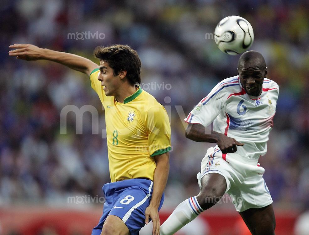 Fussball WM 2006  Viertelfinale   Brasilien - Frankreich ; Brasil - France  KAKA (BRA) gegen Claude MAKELELE (FRA)