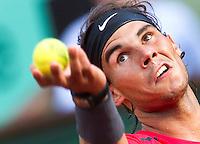PARIJS - De als tweede geplaatste Spanjaard Rafael Nadal zaterdag in actie ,   tegen de Argentijn Eduardo Schank , tijdens de derde ronde van Roland Garros. ANP KOEN SUYK