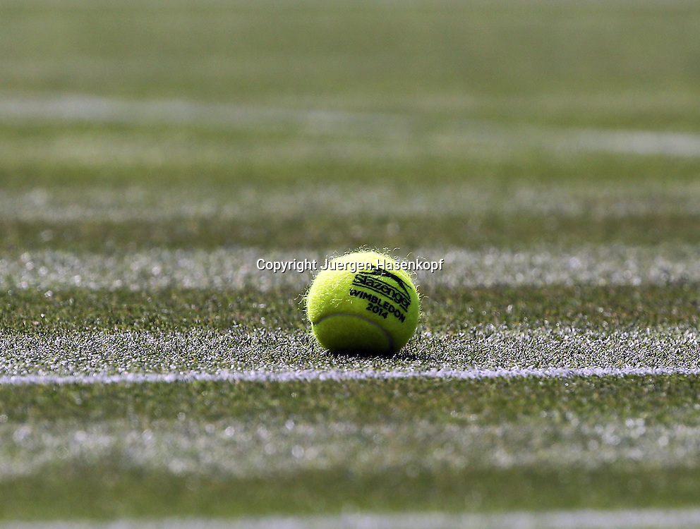 Wimbledon Championships 2014, AELTC,London,<br /> ITF Grand Slam Tennis Tournament,<br /> Tennisball mit Wimbledon 2014 liegt auf dem Rasen vom Centre Court,Detail,Nahaufnahme,Symbolfoto,Feature