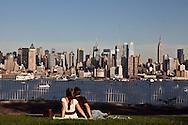 New York. people watching Manhattan skyline , from hamilton park in New Jersey   /   des passants regardant  le skyline de Manhattan depuis le Parc Hamilton sur les hauteurs  de New Jersey