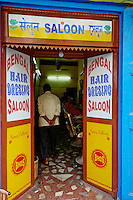 Inde, Bengale Occidental, Calcutta (Kolkata), coiffeur // India, West Bengal, Kolkata, Calcutta, hair dresser