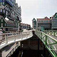 Nederland, Zaandam , 6 juli 2013.<br /> Wandeling door de binnenstad van Zaandam.<br /> Starten bij De Werf aan de Oostzijde. Daarvandaan kun je lopen op een soort boulevard tussen de flats en het water. De eerste stop is De Fabriek, filmhuis en eetcafé met terras aan de Zaan met uitzicht op de sluis. Daarna de sluis zelf.<br /> Dan langs het winkelgebied richting de Koekfabriek: Het oude Verkade pand dat is verbouwd en waar nu de bieb en sportschool en restaurant etc. in zitten.<br /> (Dat is aan de overkant van het startpunt) en misschien nog de Zwaardemaker meepakken aan de Oostzijde. Dat is een oud pakhuis die Rochdale enige jaren geleden heeft verbouwt tot appartementen met een stukje Nieuwbouw.<br /> Ook doen: het Russische buurtje vlakbij de Zaan. Dit jaar staat Rusland in de schijnwerpers en Zaandam heeft een speciale band met Rusland, vanwege het Czaar Peterhuisje en de Russische buurt. <br /> Op de foto: Het nieuwe in Zaanse stijl gebouwde winkelcentrum<br /> Foto:Jean-Pierre Jans