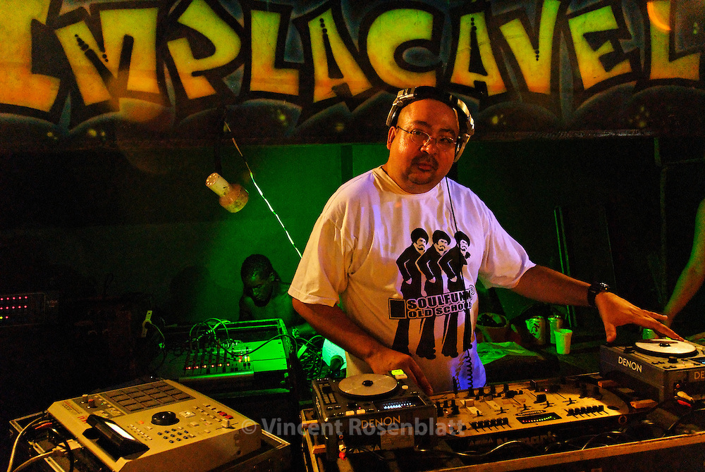 "DJ Amazing Clay  (†2011) - commanding the soundsystem Curtisom Rio ""Implacable"" - was one of the oldest and most respected DJs on the carioca Funk scene .  Like some other famous funk DJs , he produced in his own studio,  in the northern area  of Rio de Janeiro, the hits that ould overwhelm the bailes of Big Rio. MCs from the entire city get to cover long distances to have a chance and work with a DJ such as Amazing Clay  - who had recently completed his first European Tour (in Germany and Central Europe nov-dec 2008) before to decease due to cancer.."