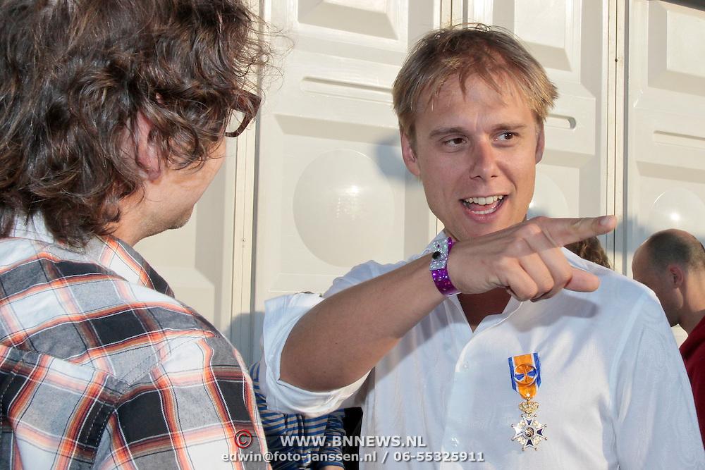 NLD/Amsterdam/20110430 - Koninginnedagconcert Radio 538, Guus Meeuwis in gesprek met Armin van Buuren met zijn koninklijke onderscheiding