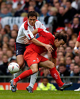 Fotball<br /> Foto: SBI/Digitalsport<br /> NORWAY ONLY<br /> <br /> England v Wales<br /> 09.10.2004<br /> <br /> England's Frank Lampard (L) tries to wrestle the ball off Wales' Simon Davies