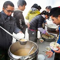 GAOBEIDIAN, 7.NOV. 2014 : Mitglieder der Farm des Rechten Weges in Kantine beim Mittagessen.