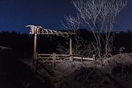 MARIANA, MG, BRASIL, 08-02-2016: Porteira de fazenda na área rural de Paracatu, distrito de Mariana-MG, a comunidade foi atingida pelo rejeito de minério no dia 5 de novembro de 2015, quando a barragem de Fundão, da mineradora Samarco, rompeu, lançando no ambiente mais de 40 bilhões de litros de lama. (Foto: Avener Prado)