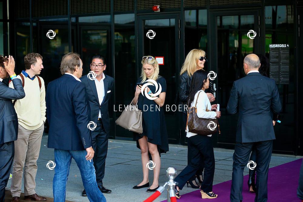 AMSTERDAM - Niet eerder trad de 71-jarige theaterdiva Barbra Streisand op in Nederland. Ze doet Nederland aan in het kader van haar tournee Barbra Streisand Live. Velen bekende Nederlanders kwamen natuurlijk hier een kijkje nemen. Met op deze foto  Renate Gerschtanowitz-Verbaan (l) en Loes van Katwijk (r). FOTO LEVIN DEN BOER - PERSFOTO.NU