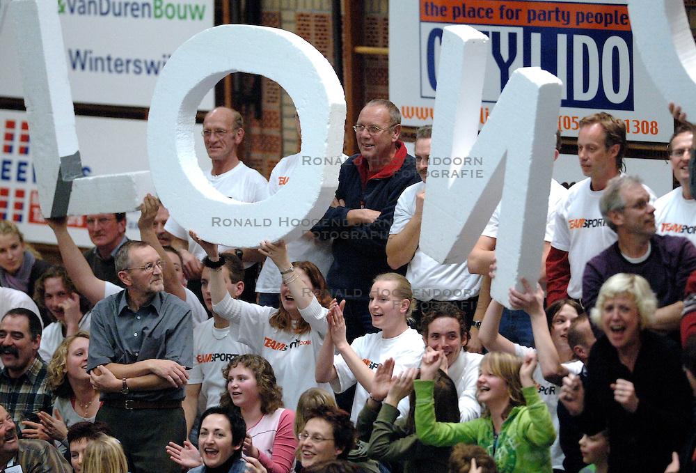 20-01-2006 VOLLEYBAL: TOPTEAMSCUP PLANTINA LONGA - VOLERO ZURICH: LICHTENVOORDE<br /> De bizarre barrage tegen Vol&eacute;ro Zurich, die nodig was omdat de ploegen na twee ontmoetingen prefect in balans waren, werd vrijdagavond met 3-2 gewonnen /  Support<br /> &copy;2006-WWW.FOTOHOOGENDOORN.NL