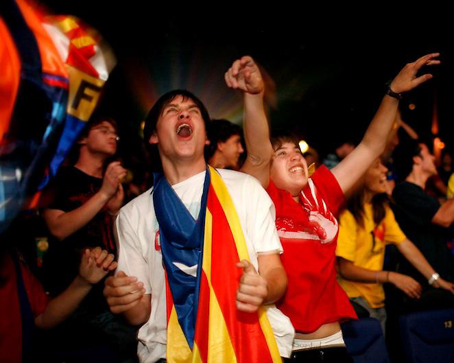 TEMA: EL F.C. BARCELONA GUANYA LA SEVA TERCERA COPA D'EUROPA. SEGUIMENT DEL PARTIT DE LA FINAL ENTRE EL F.C. BARCELONA I EL MANCHESTER UNITED ALS CINEMES ALBENIZ PLAC?A DE GIRONA..LLOC: GIRONA. .DATA: 27/05/09. .FOTO: TONI VILCHES/CLICK ART FOTO.