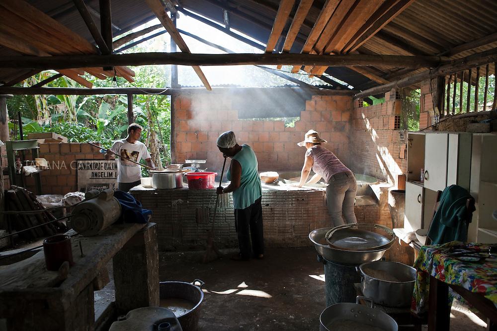 The production of handmade biju is one of the few income alternatives in the Afro-Descendant communities.<br /> Community Quilombola Angelim I Itaúnas town, Espírito Santo State - Brazil.<br /> <br /> A produção artesanal de biju é uma das poucas alternativas de renda em comunidades quilombolas.<br /> Comunidade Quilombola Angelim I, Itaúnas, Espírito Santo, Brasil.