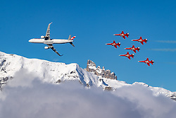 18.01.2020, Lauberhorn, Wengen, SUI, FIS Weltcup Ski Alpin, im Bild Airbus A320 der Swiss wird begleitet von der Patrouille Suisse mit F/A-18 Swiss Hornet // Swiss Airbus A320 is accompanied by Patrouille Suisse with F / A-18 Swiss Hornet during the FIS ski alpine world cup at the Lauberhorn in Wengen, Switzerland on 2020/01/18. EXPA Pictures © 2020, PhotoCredit: EXPA/ Johann Groder