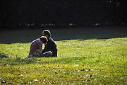 Frankrijk, Auxerre, 20-9-2008Man en vrouw zitten in het gras in een park. Ze lijken elk met zichzelf bezig te zijn.Man and woman sitting in the grass in a park. They each seem to be busy with itself.Foto: Flip Franssen/Hollandse Hoogte
