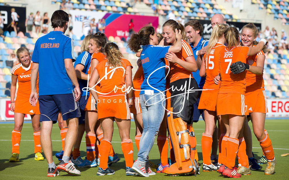 MONCHENGLADBACH - Fleur vd Kieft met Saskia van Duivenboden. Vreugde bij Oranje.  Jong Oranje dames wint zondag in Monchengladbach de wereldtitel door de finale van het het WK-21 van  Argentinie te winnen. Het Nederlands hockeyteam wint na 1-1 de shout-outs. Foto Koen Suyk