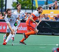 Den Bosch  - Emmanuel Stockbroekx (Belgie) met Bob de Voogd (Ned)   tijdens   de Pro League hockeywedstrijd heren, Nederland-Belgie (4-3).    COPYRIGHT KOEN SUYK