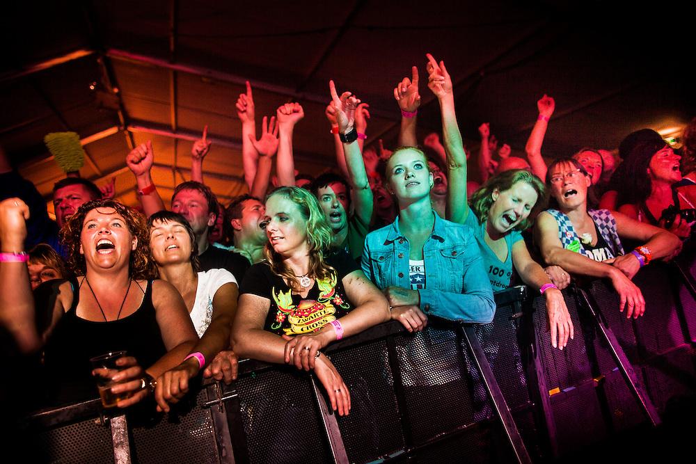 H&oslash;kersweekend:<br /> <br /> Al meer dan 30 jaar komt de harde kern van de Normaal fanclub ieder jaar samen in het Achterhoekse Zelhem om gezamenlijk hun liefde voor de boerenrockband te vieren. <br /> Drie dagen en nachten lang wordt er door het &quot;Anhangerschap&quot; gefeest op zijn Achterhoeks: het zogenaamde &quot;H&oslash;ken&quot;