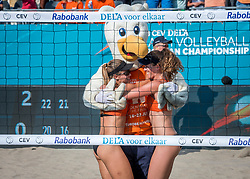18-07-2018 NED: CEV DELA Beach Volleyball European Championship day 4<br /> Laura Bloem NED #2, Jolien Sinnema NED #1 and mascot Spikey