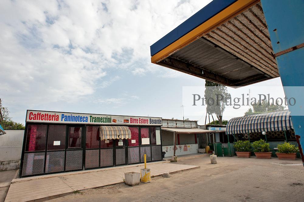 Taranto, maggio 2013.Stazione di servizio IP in disuso con chioschetto e bar difronte a spiaggia