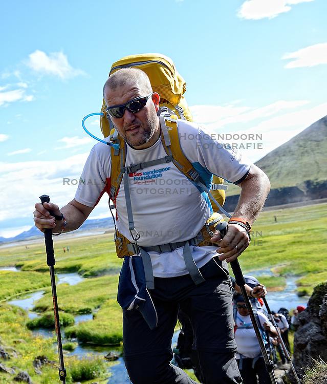 06-07-2014 NED: Iceland Diabetes Challenge dag 2, Landmannalaugar <br /> Trek van Landmannalaugar naar Hrafntinnusker. Een prachtige trekking door de hooggebergte van Landmannalaugar met veel kleuren, sneeuw, gletsjers en zwarte landschappen / Harold