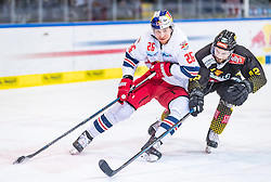 09.04.2019, Eisarena, Salzburg, AUT, EBEL, EC Red Bull Salzburg vs Vienna Capitals, Halbfinale, 6. Spiel, im Bild v.l.: Peter Hochkofler (EC Red Bull Salzburg), Alex Wall (Vienna Capitals) // during the Erste Bank Icehockey 6th semifinal match between EC Red Bull Salzburg vs Vienna Capitals at the Eisarena in Salzburg, Austria on 2019/04/09. EXPA Pictures © 2019, PhotoCredit: EXPA/ JFK