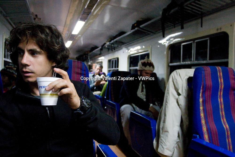 Pasajero tomando una infusión en el Interior del tren de Ollantaytambo a Machupicchu (Aguascalientes), Perú. Passenger drinking a tea into the train from Ollantaytambo to Aguascalientes (Machupicchu), Peru