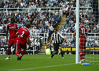 Photo: Andrew Unwin.<br /> Newcastle Utd v Fulham. The Barclays Premiership.<br /> 10/09/2005.<br /> Newcastle's Michael Owen (C) misses a golden opportunity to score on his debut.