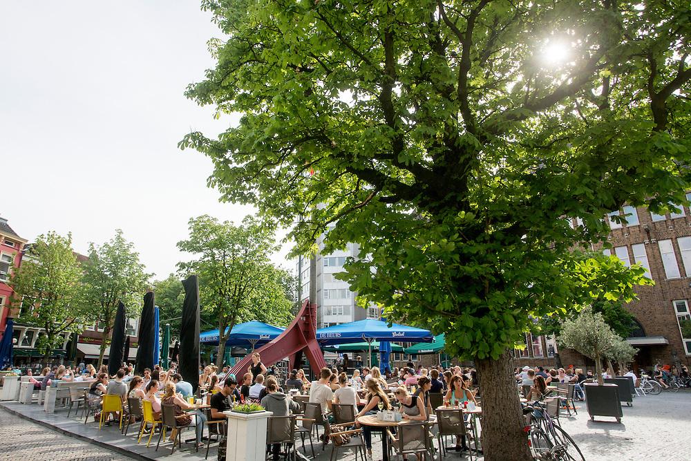 In Utrecht genieten mensen van het mooie weer.<br /> <br /> In Utrecht people are enjoying the nice weather.
