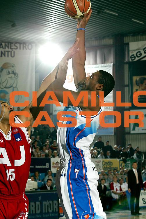 DESCRIZIONE : CANTU CAMPIONATO ITALIANO LEGA A1 STAGIONE 2005-2006<br />GIOCATORE : STEWART<br />SQUADRA : VERTICAL VISION CANTU<br />EVENTO : CAMPIONATO LEGA A1 STAGIONE 2005-2006<br />GARA : VERTICAL VISION CANTU-ARMANI JEANS MILANO<br />DATA : 16/10/2005<br />CATEGORIA : Tiro<br />SPORT : Pallacanestro<br />AUTORE : AGENZIA CIAMILLO &amp; CASTORIA/Stefano Ceretti
