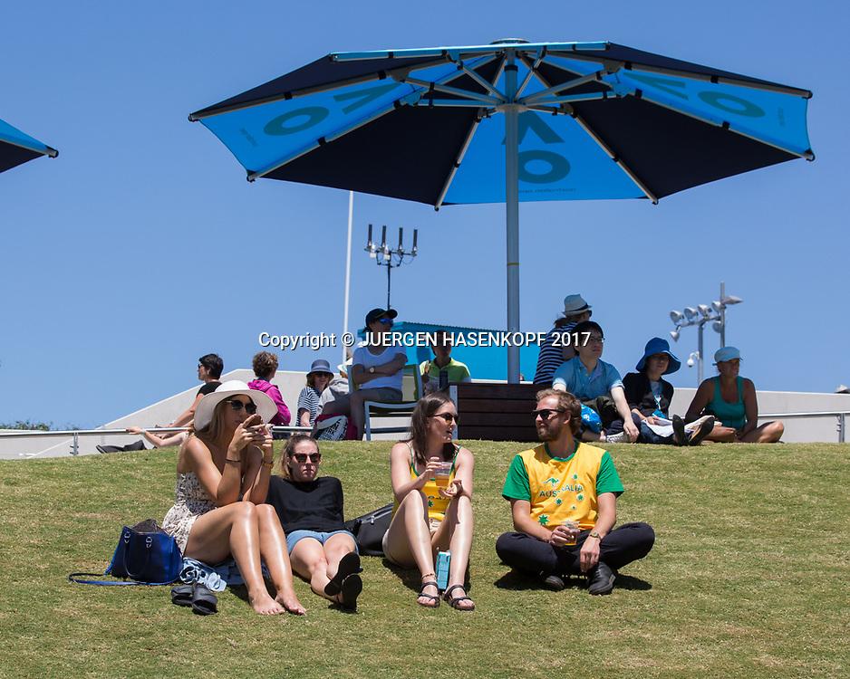 FEATURE, auf der Anlage sitzen die Tennis Fans auf einer Wiese, Sonnenschirm,<br /> <br /> Australian Open 2017 -  Melbourne  Park - Melbourne - Victoria - Australia  - 19/01/2017.