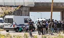 24.06.2016, Dschungelcamp, Calais, FRA, der Dschungel von Calais, im Bild Polizisten versorgen einen kollabierten Insassen. Das Camp ist eine provisorische Zeltstadt nahe der französischen Stadt Calais. Mehrere tausend Menschen kampieren dort in Zeltunterkünften und warten auf eine Möglichkeit zur illegalen Weiterreise durch den Eurotunnel nach Großbritannien. Police provide a collapsed migrant. The Calais Jungle is the nickname given to a migrant encampment, where migrants live while they attempt illegally to enter the United Kingdom at the Jungle Camp of Calais, France on 2016, 06, 24. EXPA Pictures © 2016, PhotoCredit: EXPA, JFK
