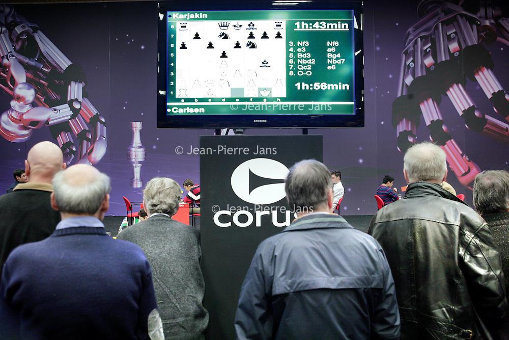 Nederland,Wijk aan Zee ,23 januari 2009.<br /> Magnus &Oslash;en Carlsen  is een Noors schaker. Hij is een grootmeester en reeds op jonge leeftijd doorgedrongen tot de wereldtop.<br /> Op de foto Magnus Carlsen tijdens de Corus Chess 2009 in zijn schaakpartij tegen S. Karjakin.