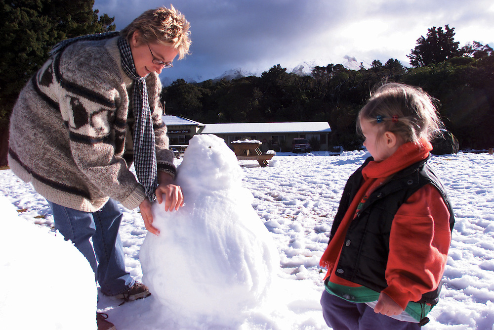 Making a snow man at the Stratford mountain house, Mt Taranaki, is Catherine Cameron and her daughter Skye of New Plymouth, New Zealand, September 01, 2004. Credit:SNPA / Rob Tucker