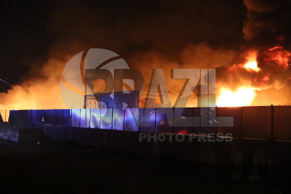 NAPOLI, ITALIA, 13.09.2016 - INCÊNDIO-ITALIA - Incêndio é visto em fabrica de colchões em Napoli na Italia na noite de ontem segunda-feira, 12. (Foto: Salvatore Esposito/Brazil Photo Press)