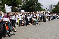 14 JUL 2001, BERLIN/GERMANY:<br /> Eltern, meist Vaeter, demonstrieren gegen die Trennung von ihren Kindern (i.d.R. durch Scheidung von einem auslaendischen Partner), viele haben Bilder ihrer Kinder und  einen Zettel mit der Anzahl der Besuche seit der Anzahl der Tage der Trennung, Breitscheidplatz vor der Gedaechniskirche<br /> IMAGE: 20010714-01-014<br /> KEYWORDS: Scheidungskind, Scheidungskinder, Demo, Demonstration, Demonstrant, demonstrator, Protest