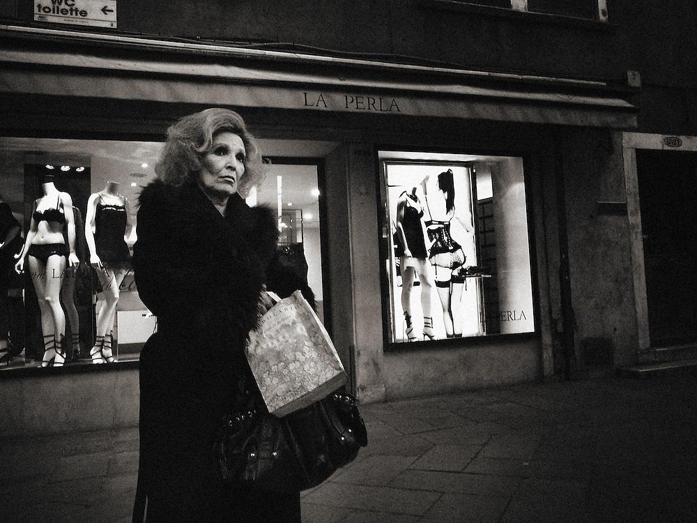 Italy, Venice, Venezia, Street Photography, dark, crisis, recession, drama, dramatic, tired, tiredness, weariness, alone, loneliness, desolate, desolation, difficulty, difficult, difficulties, isolation, isolate, isolating, isolates, lonely